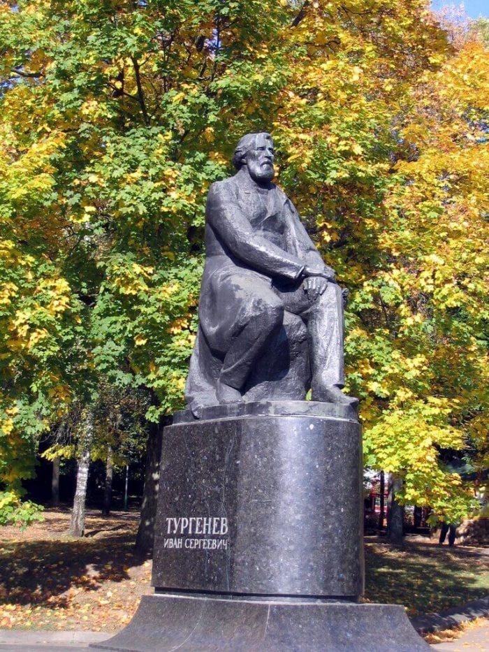 Pamyatnik-I.-S.-Turgenevu-700x933