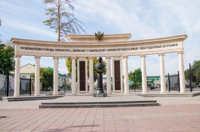 Pamyatnik-Ivanu-Neplyuevu-700x461