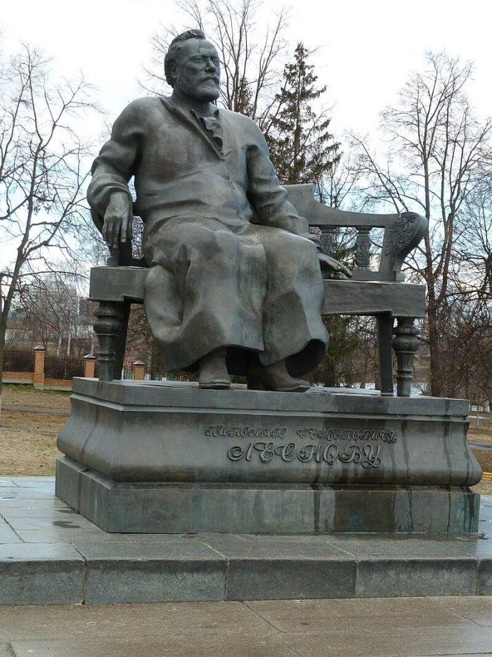 Pamyatnik-N.-S.-Leskovu-700x934