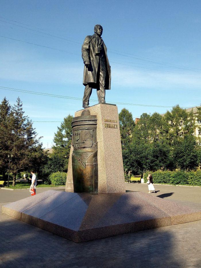 Pamyatnik-Pavlu-Derunovu-700x934
