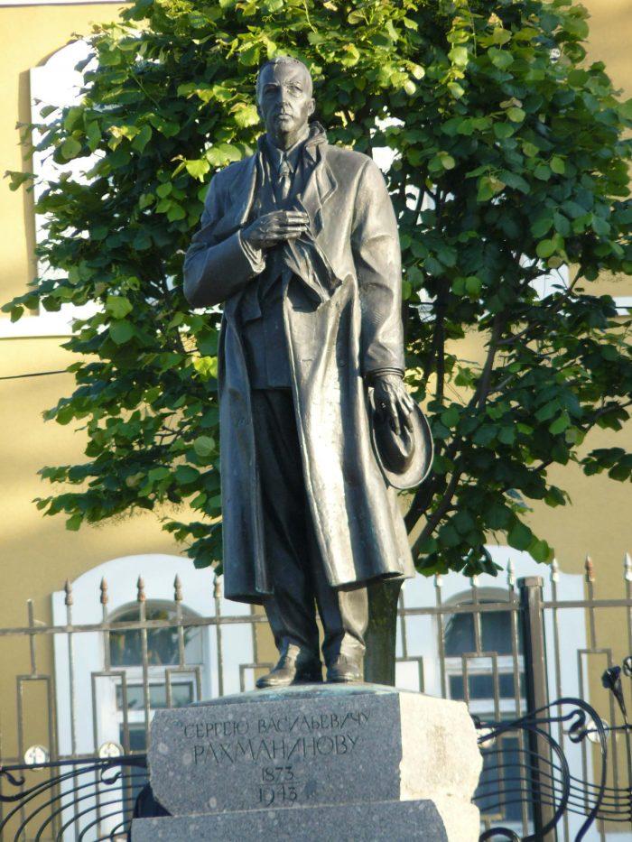 Pamyatnik-S.-V.-Rahmaninovu-700x933