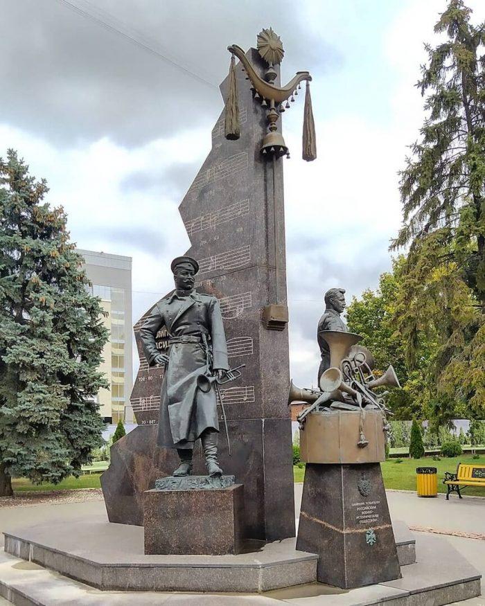 Pamyatnik-Vasiliyu-Agapkinu-i-Ile-SHatrovu-700x875
