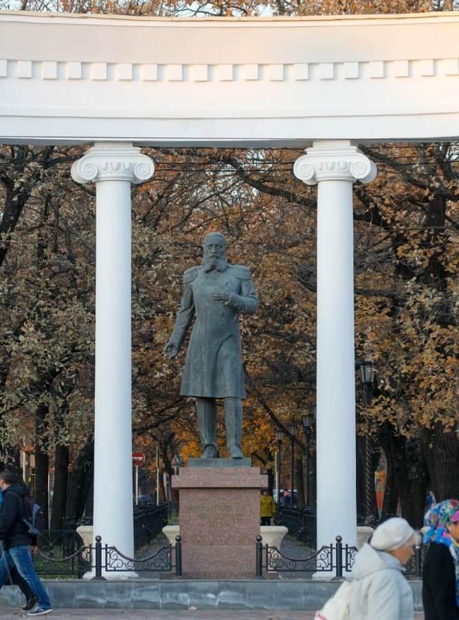 Pamyatnik-general-gubernatoru-Nikiforaki