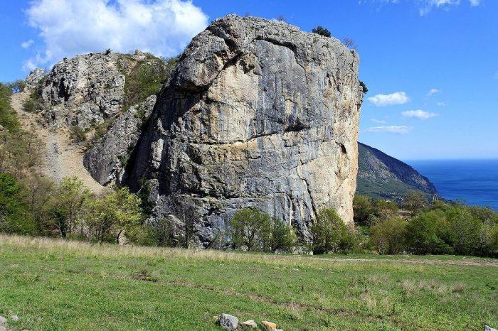 Skala-Krasnyy-Kamen-700x466