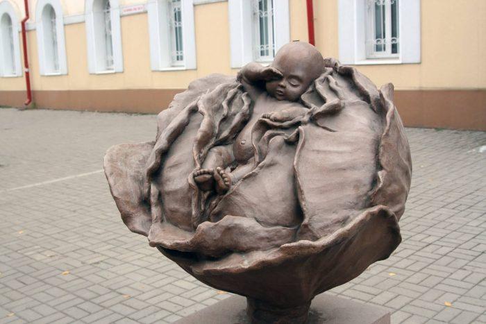 Skulptura-Mladenets-v-kapuste-700x467