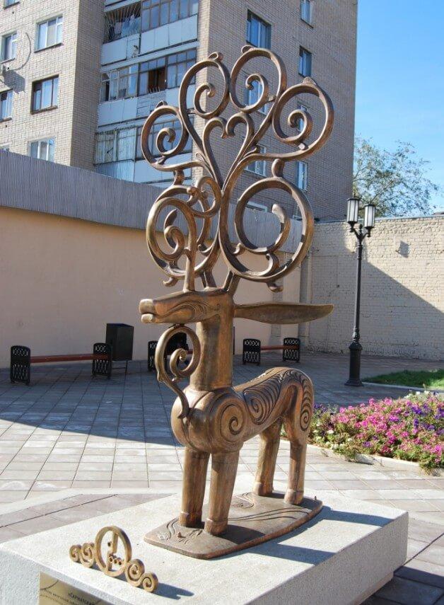 Skulptura-Sarmatskiy-Olen