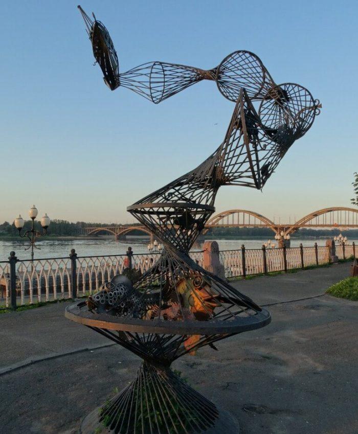 Skulpturnaya-kompozitsiya-Tral-700x849