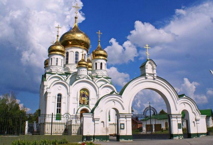 Svyato-Troitskiy-hram-700x477