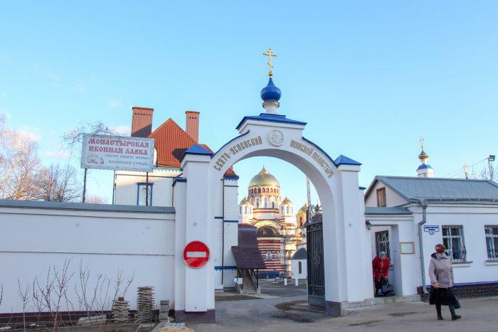 Svyato-Uspenskiy-monastyr-700x467