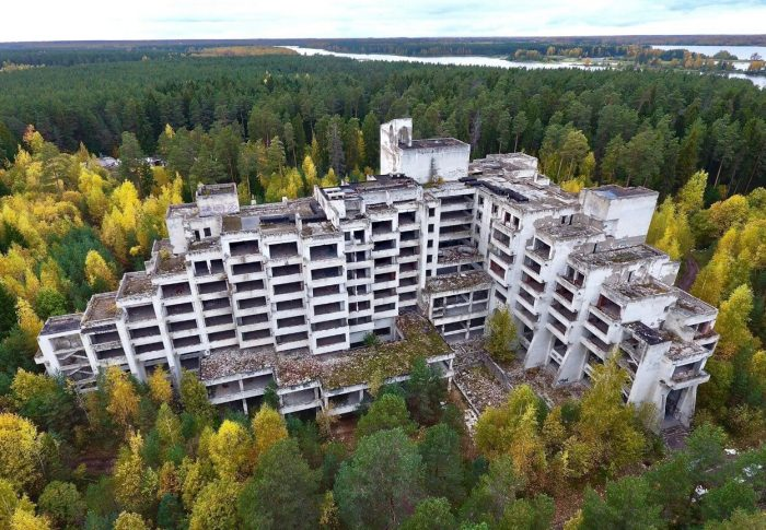 Zabroshennyy-sanatoriy-Paulino-700x485